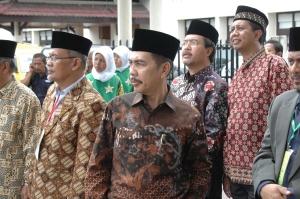 Menunggu kedatangan Gubernur dan Ketua Umum PP Muhammadiyah