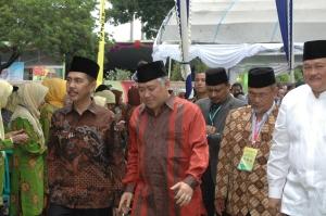 Bupati OKI, Ketua PP Muhammadiyah, dan Gubernur Sumsel menuju ke depan panggung
