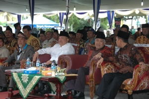Bupati OKI, Gubernur Sumsel dan Ketua Umum PP Muhammadiyah sedang menyaksikan acara